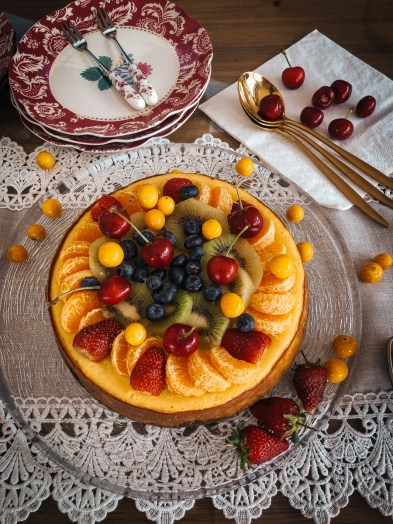 Baked cheesecake with fresh fruit.